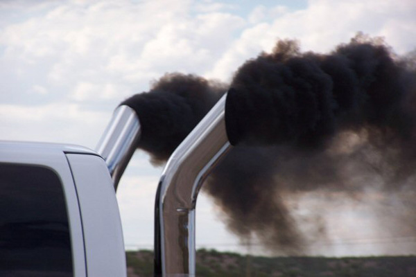 تصویر شاخص خودرویی که دود غلیظ میکند