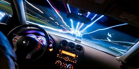 تصویر شاخص رانندگی در شب